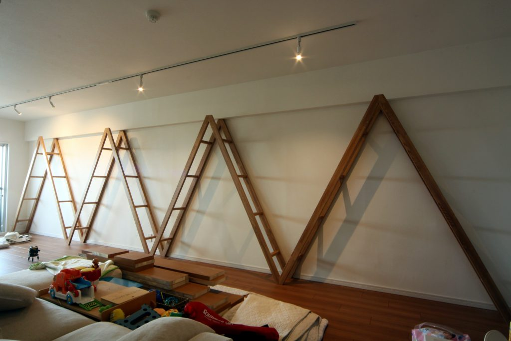 壁一面のはしごみたいな本棚_大阪府
